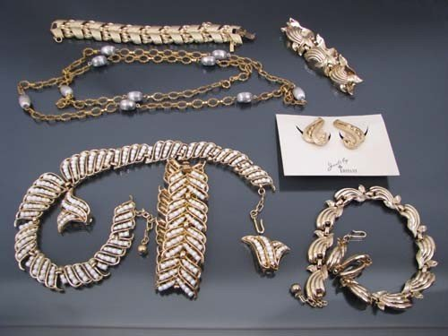 510: Collection of costume jewelry including seed pearl