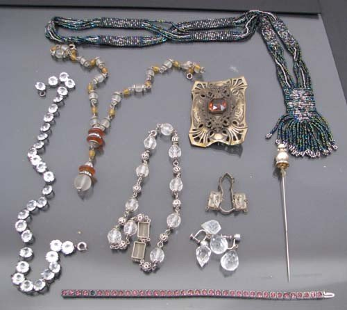 512: Collection of assorted costume jewelry