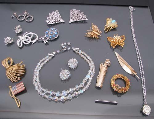 521: Assorted costume pins, clip on earrings, necklaces