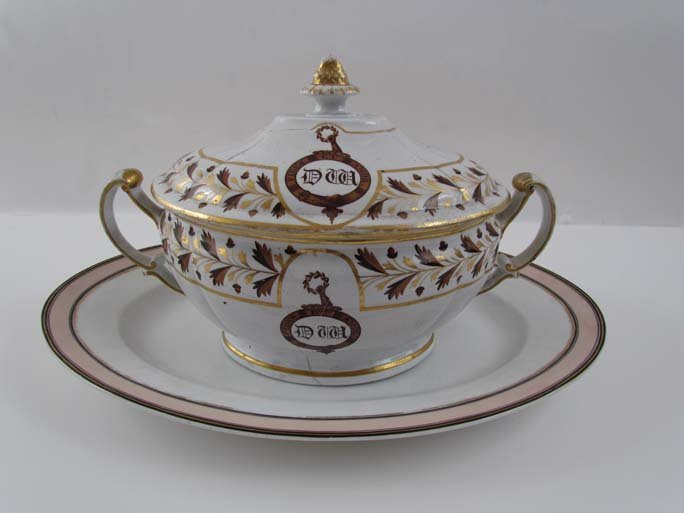 Large lidded tureen with Armorial decoration with oval