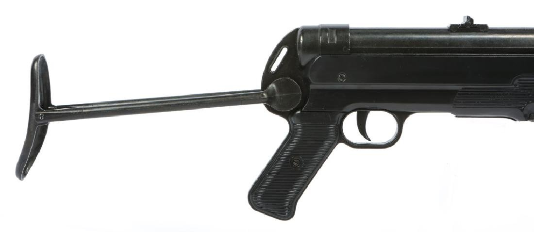 DISPLAY WWII GERMAN MP40 SUBMACHINE GUN - 2