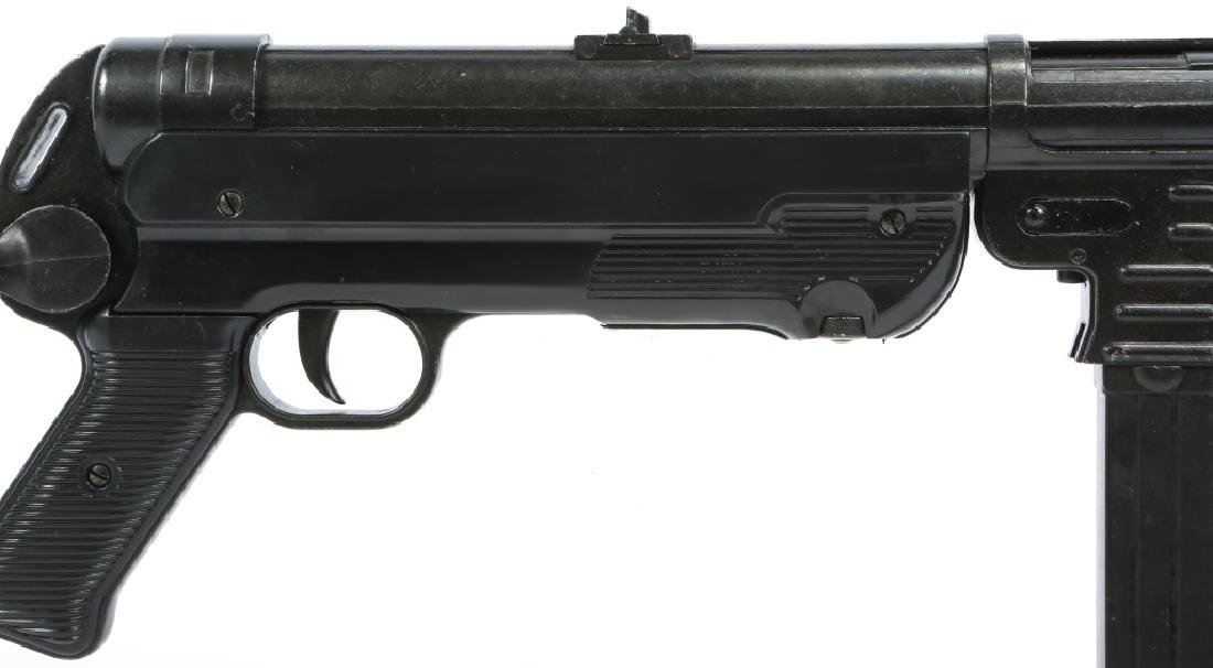 DISPLAY WWII GERMAN MP40 SUBMACHINE GUN - 3