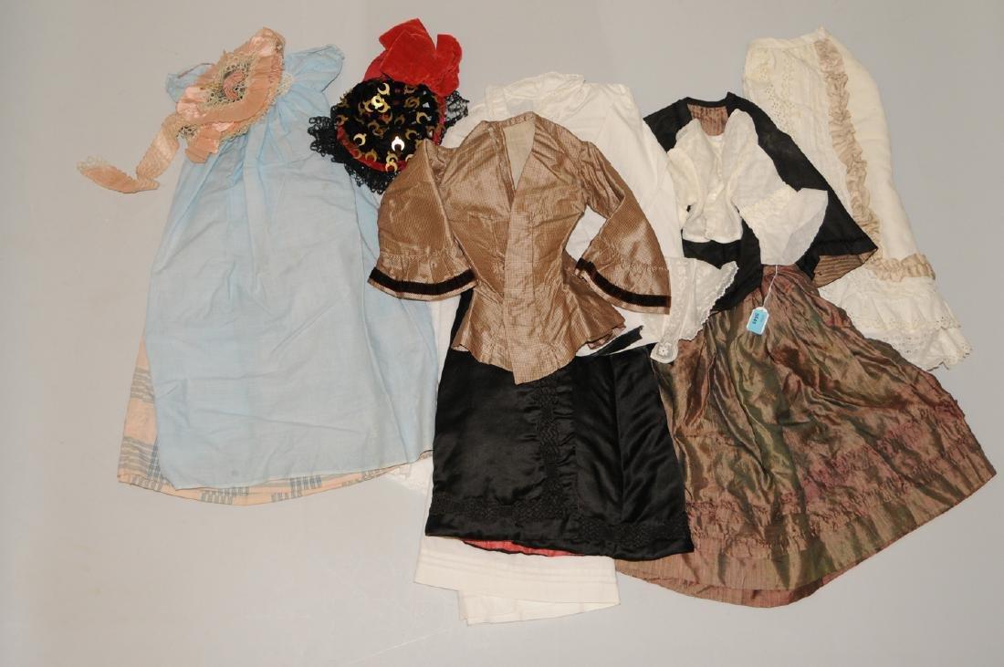 Lot: Puppenkleider Diverse Materialien, Grössen und