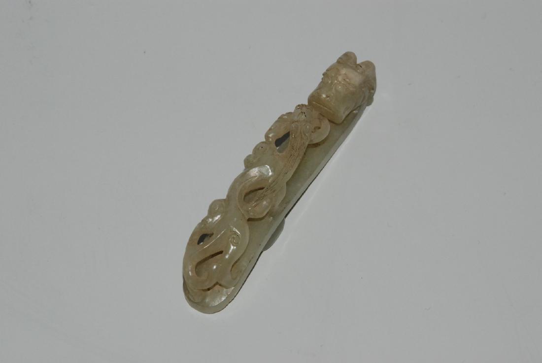 Gürtelschnalle China, 20.Jh. Hellgräuliche Jade. Drache