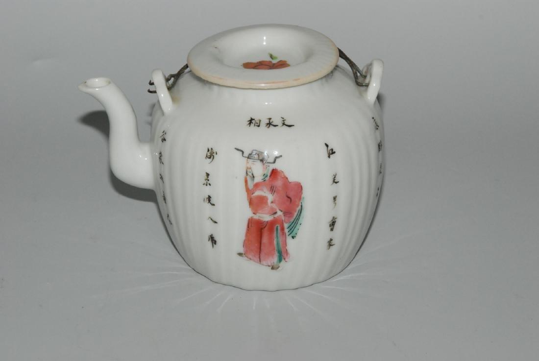 Teekanne China, um 1900. Porzellan. Gerippte Wandung