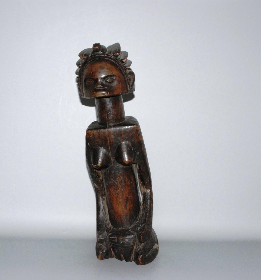 Knieende, weibliche Figur Im Stil der Dogon, Mali.