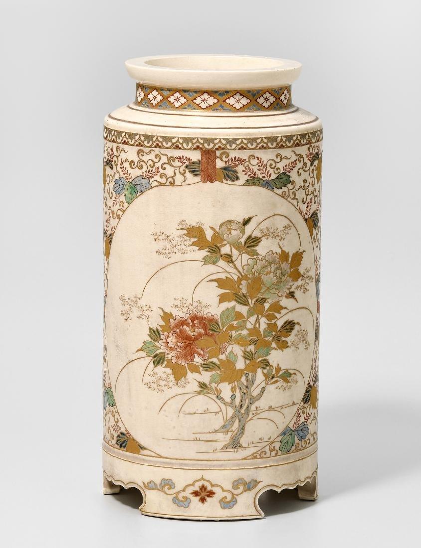 Fussvase Japan, Meiji-Zeit. Satsuma. Zylinderform.