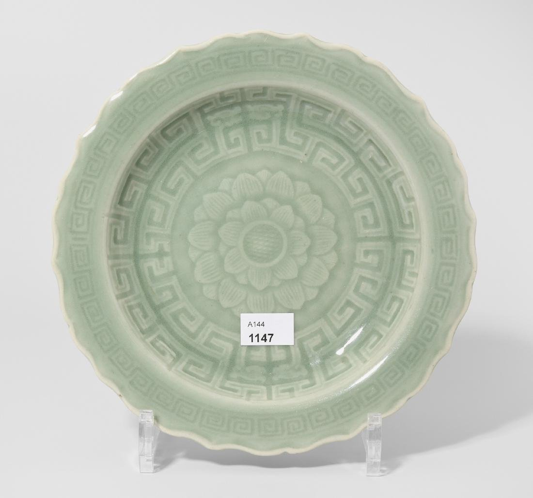 Teller China, 20.Jh. Celadon. Steinzeug. Passiger Rand.