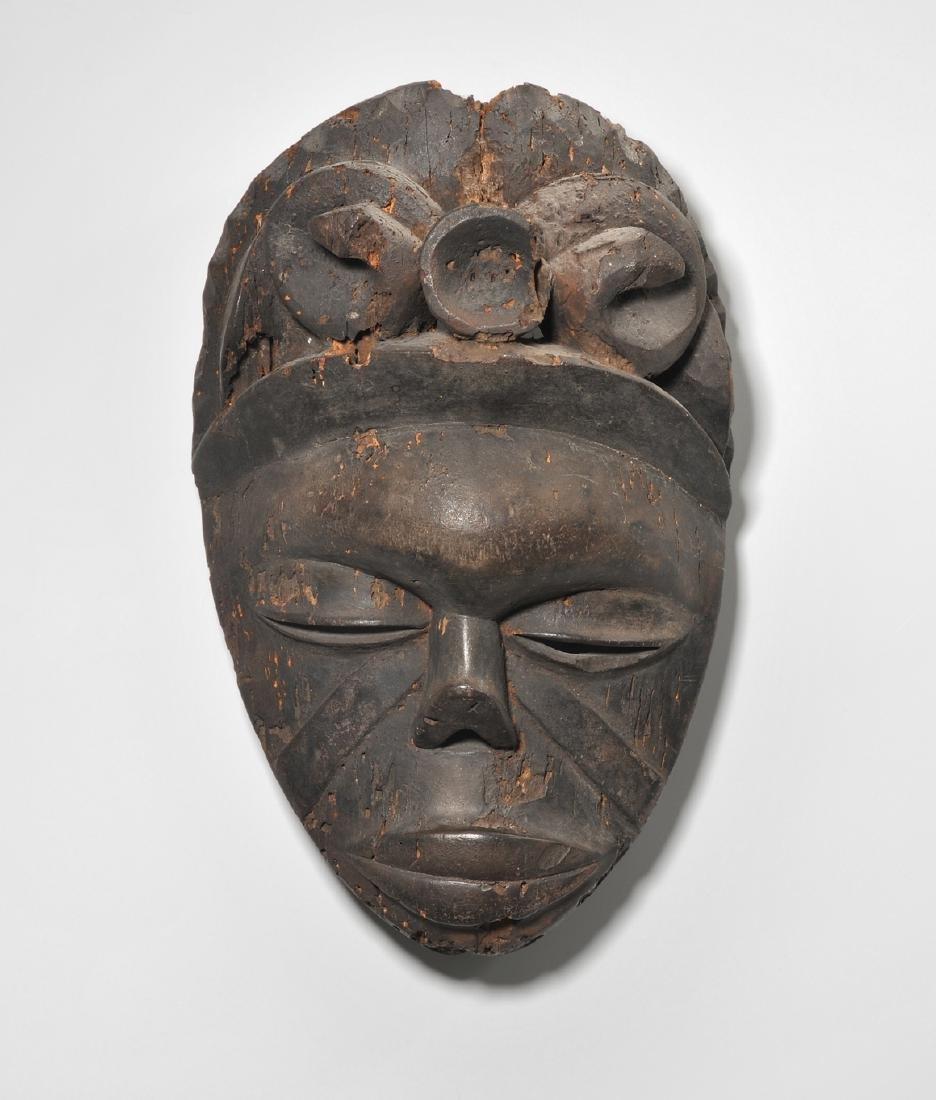 Maske Ibibio. Nigeria. Helles Holz, dunkel patiniert.