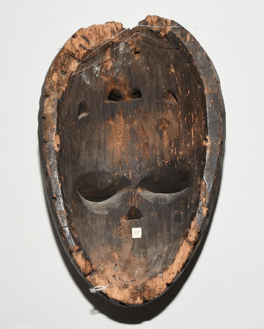 Maske Ibibio. Nigeria. Helles Holz, dunkel patiniert. - 2
