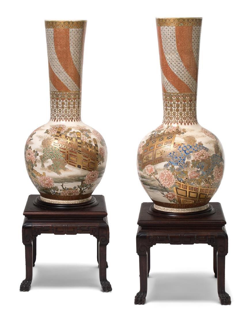 1 Paar Bodenvasen Japan, um 1900. Kyoto-Satsuma.
