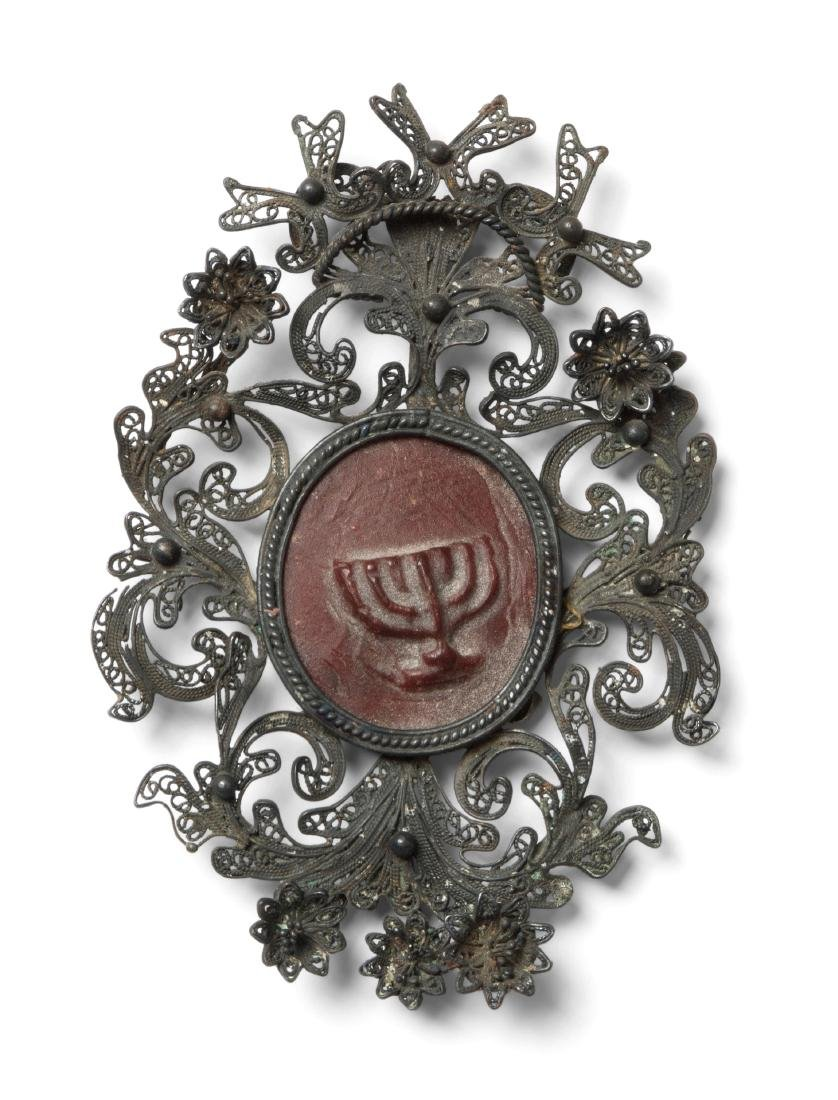 Amulett 19.Jh. Ovale Kapsel aus Silber. Darin rote
