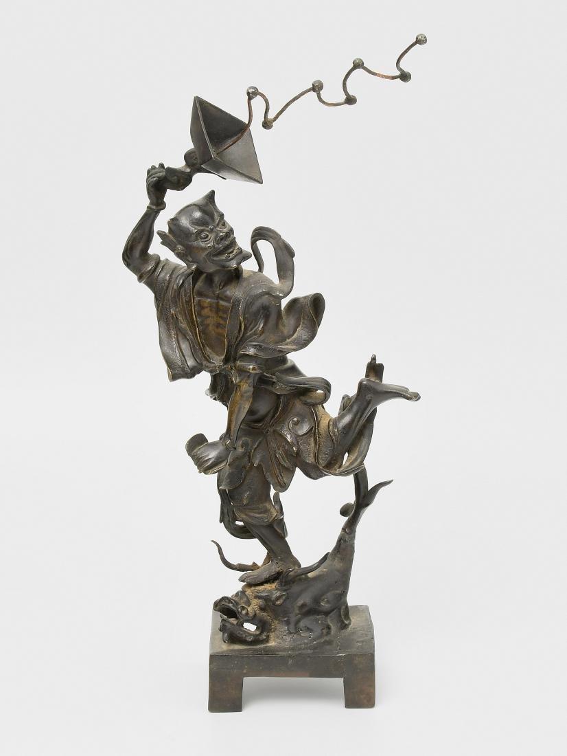 Figur China. Bronze. Figur eines Dämons, auf einem Wels