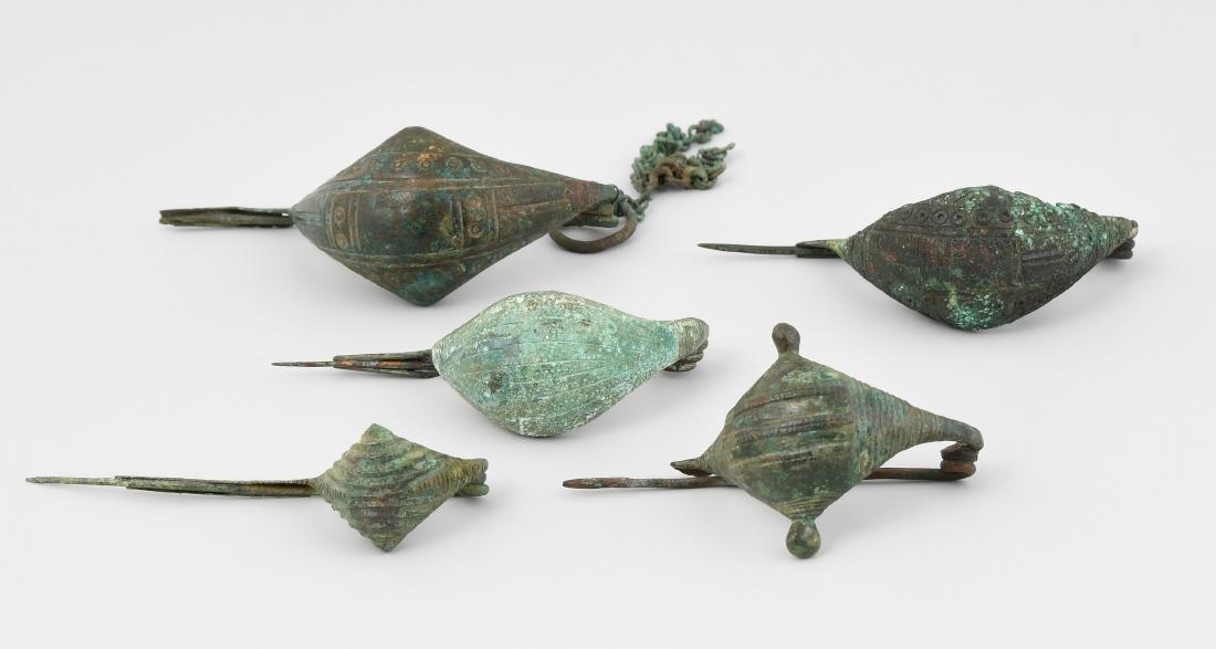 5 Navicella-Fibeln Etruskisch, 8.–6.Jh. v.C. Bronze.