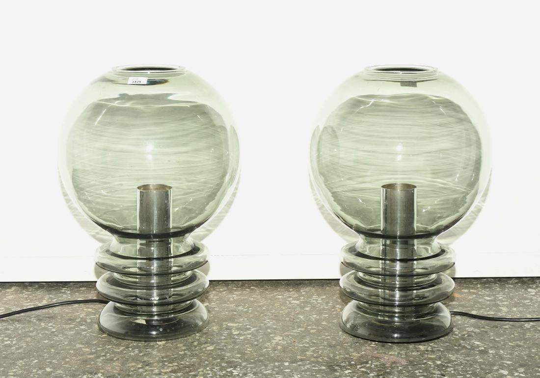 Ein Paar Leuchten Glas in Glühbirnenform.