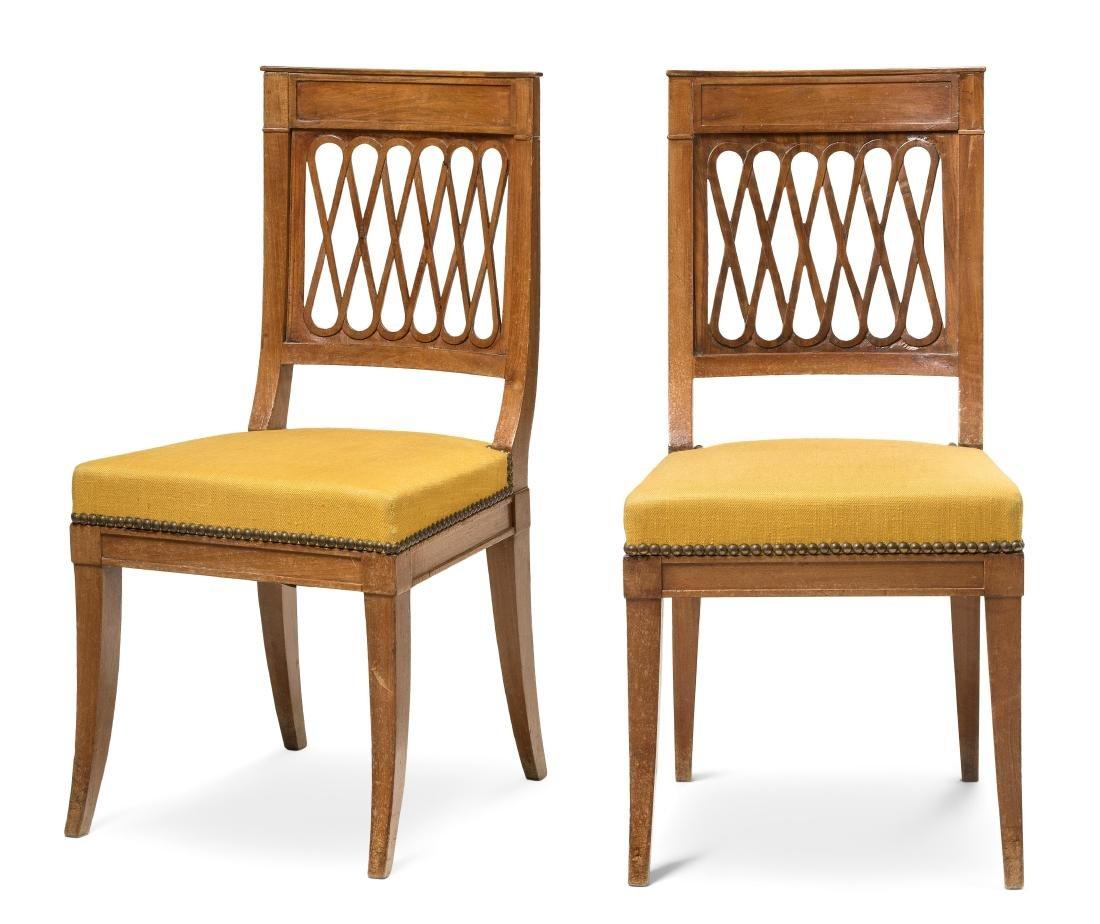 Ein Paar Stühle Directoire um 1800. Nussbaum.