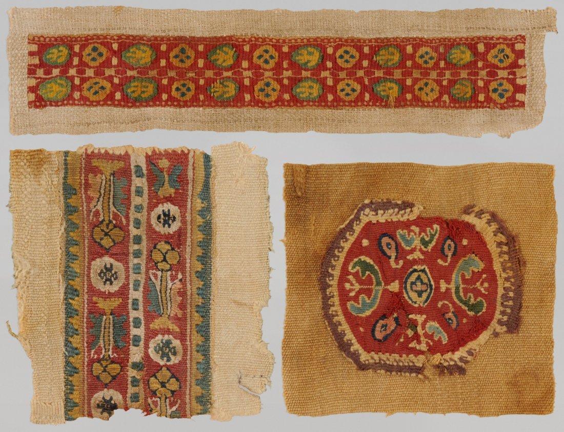 Lot von drei Textilfragmenten Koptisch. Wolle und