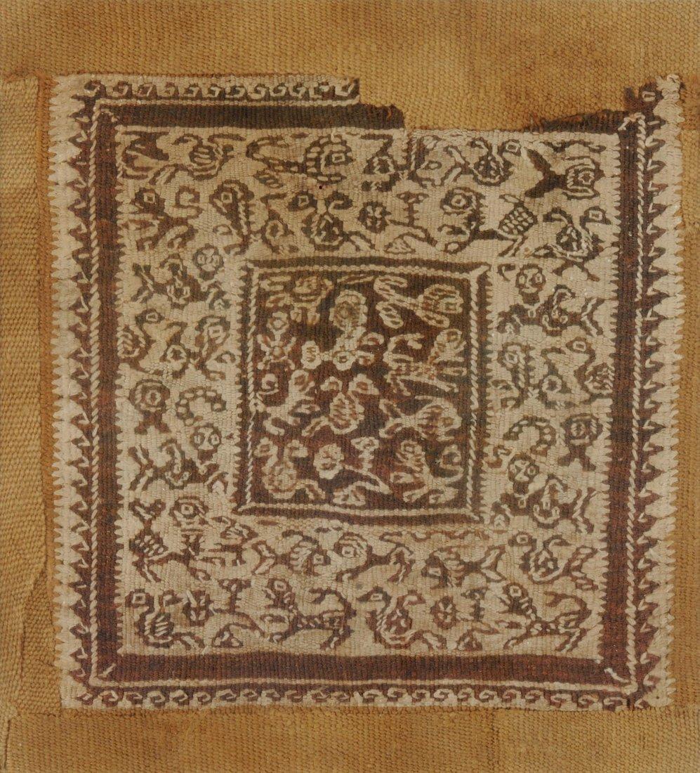 Textilfragment Koptisch. Braune und weisse Wolle.