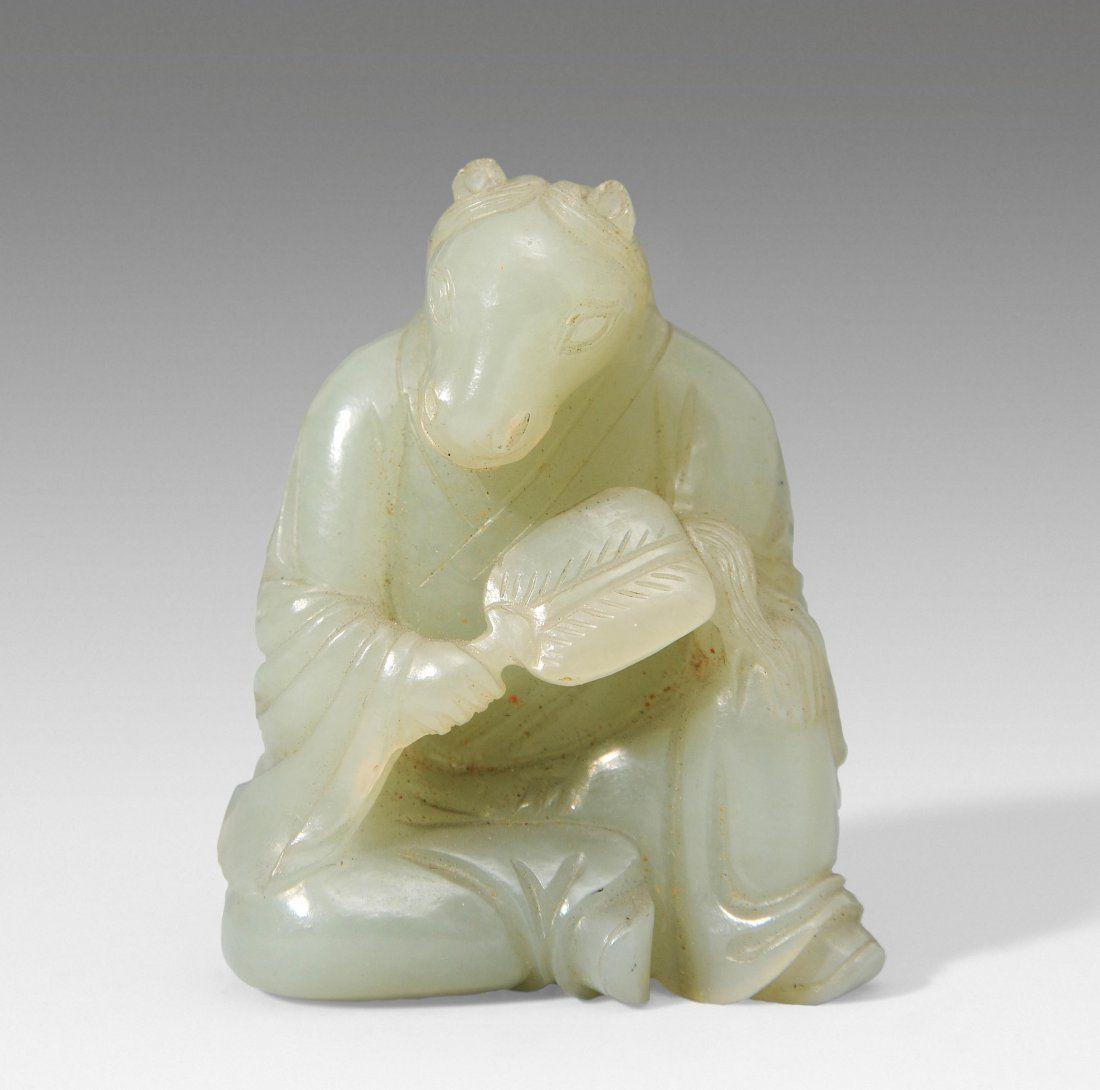 Kleine Figur China. Celedonfarbene Jade. Sitzendes,
