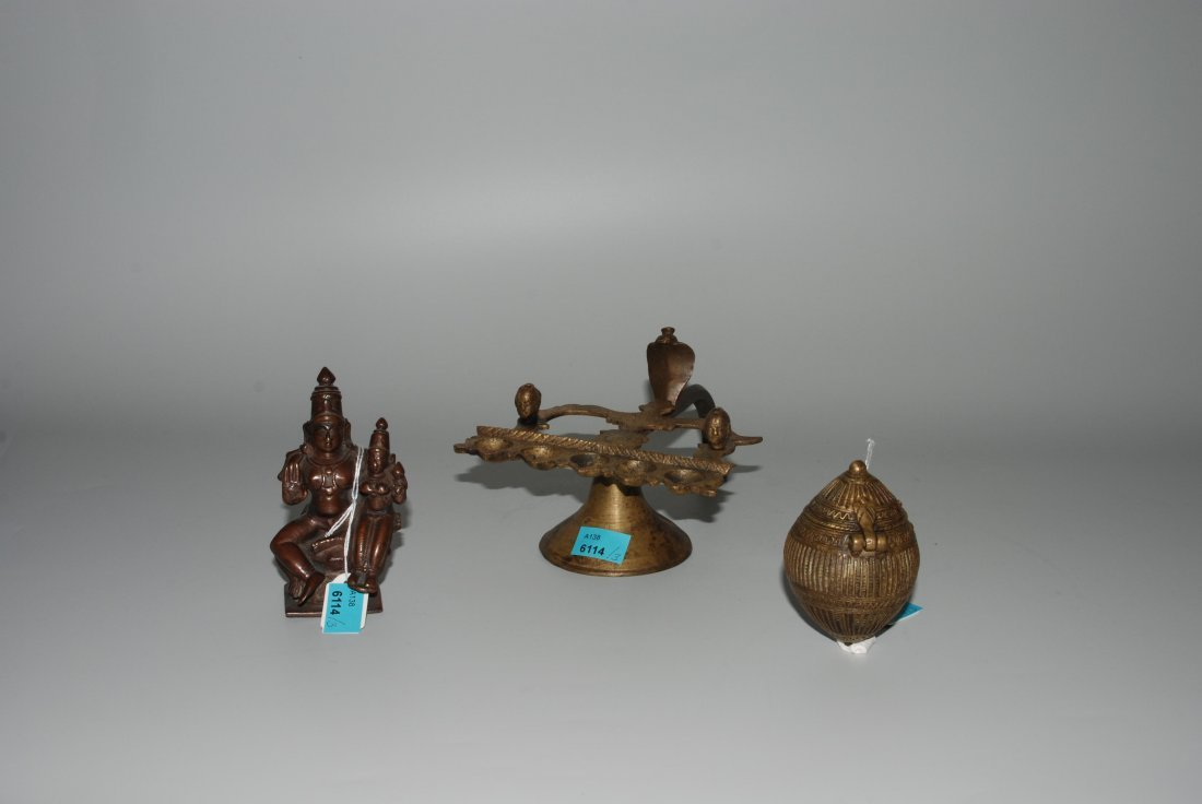 Lot: 3 Objekte Indien. Gelbguss. Bestand: Handöllampe,