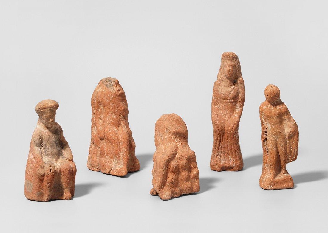 Lot: 5 Tonstatuetten Griechisch, 5./4.Jh. v. Chr.