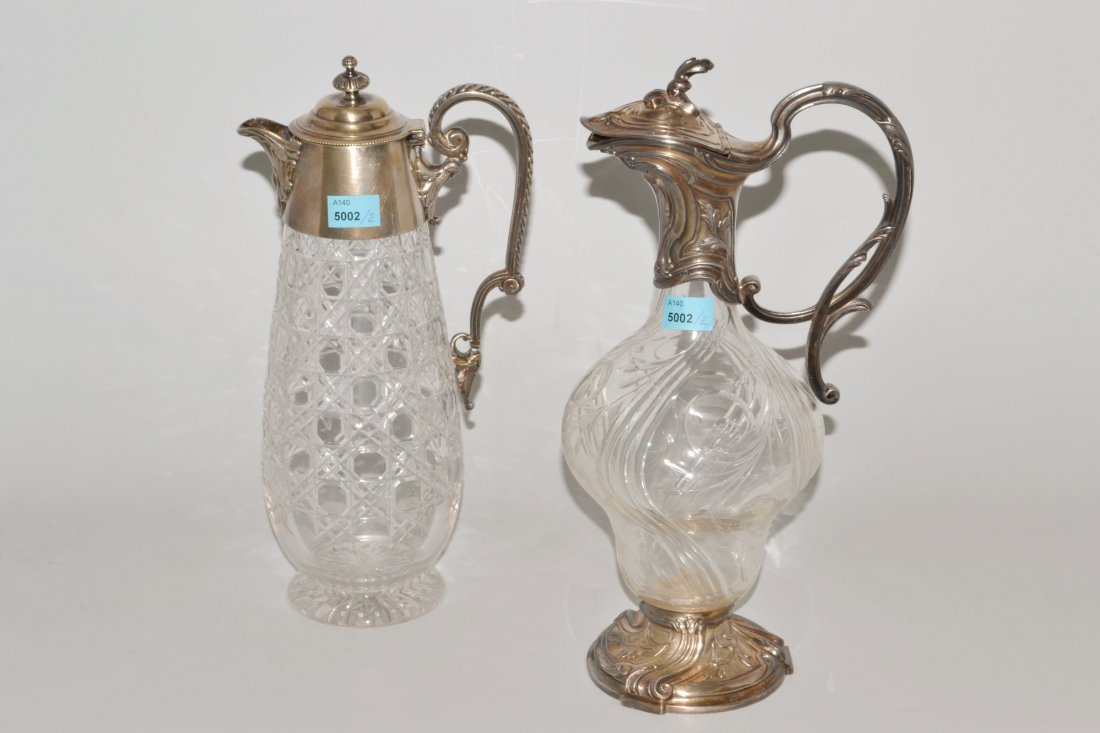 Lot: 2 Karaffen Um 1900. Farbloses Kristallglas,