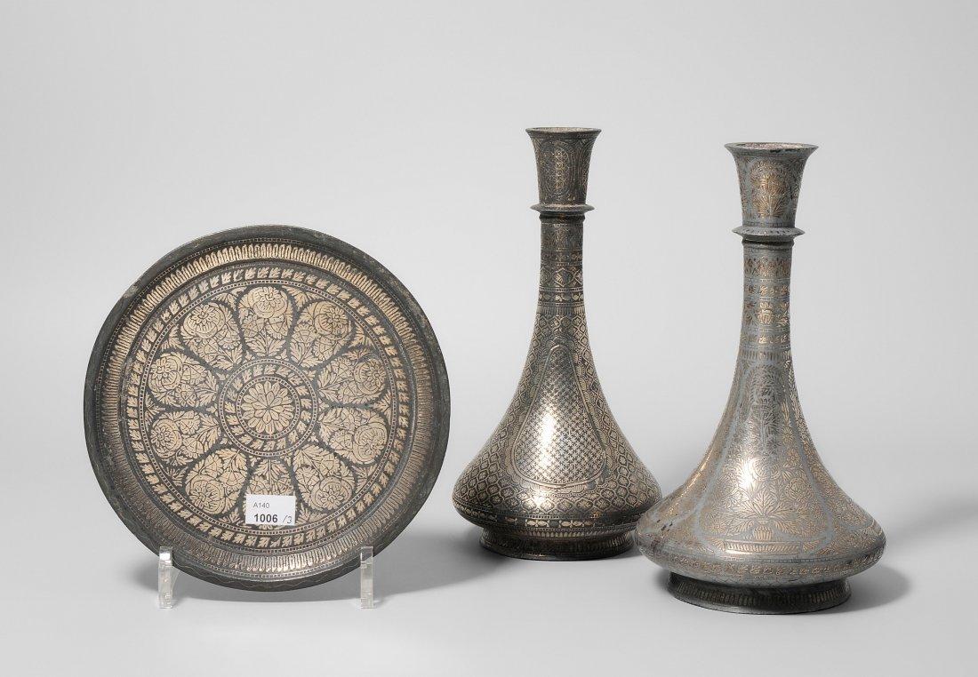 Lot: 2 Bidri-Vasen und 1 Teller Indien, Dekkan. 19.Jh.