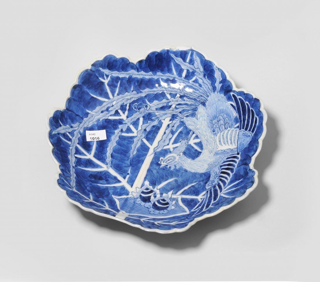 Fussschale Japan, 19.Jh. Porzellan. Blattförmiges
