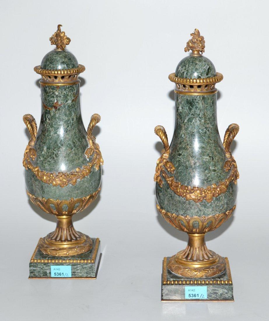 1 Paar Ziervasen Louis XVI-Stil. Grner Stein mit