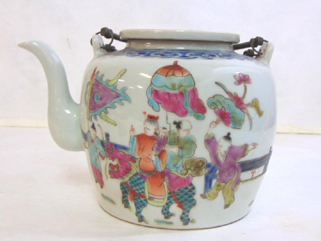 COLLECTIBLE CHINESE PORCELAIN TEAPOT