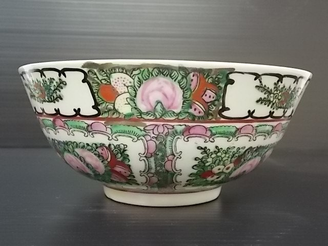 SMALL CHINESE PORCELAIN FAMILLE ROSE MEDALLION BOWL