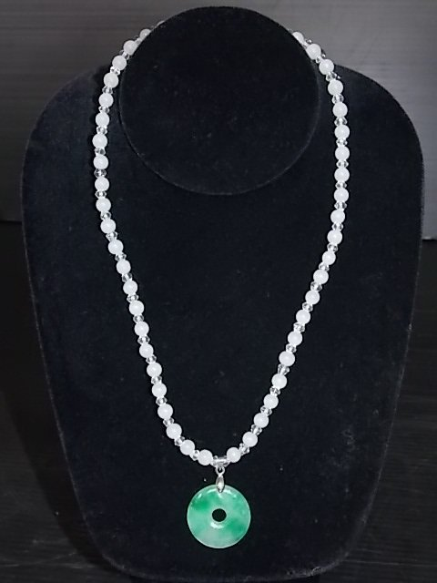 NECKLACE WITH JADE-LIKE BEADS AND JADE PENDANT