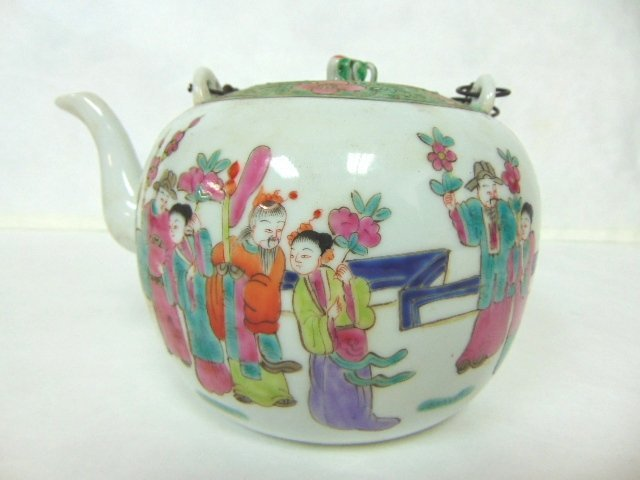 COLLECTIBLE CHINESE HAND PAINTED PORCELAIN TEAPOT