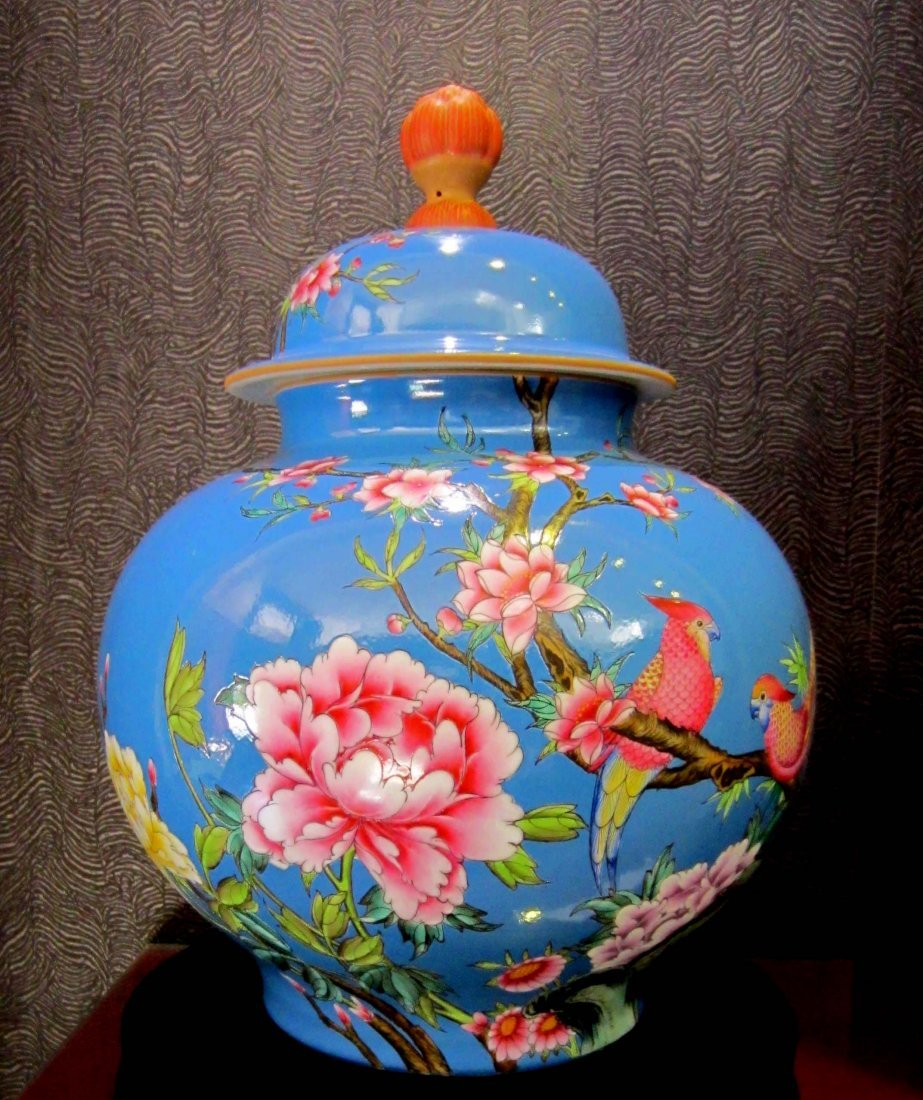 Fine Qing Famille Rose and Gilted Porcelain Cover Jar