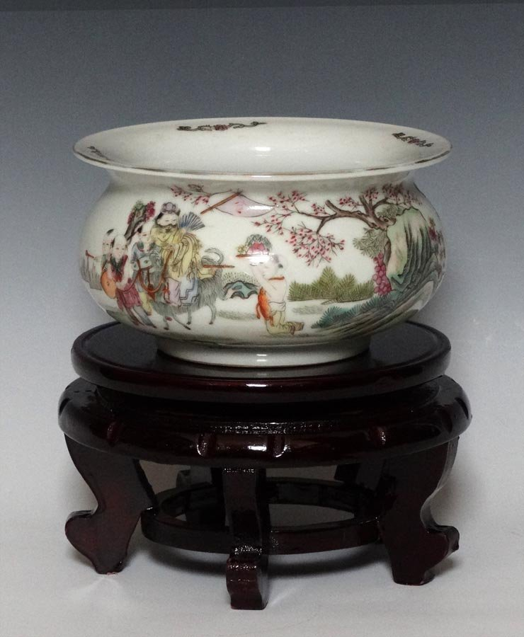 A Chinese Famille Rose Porcelain Pot