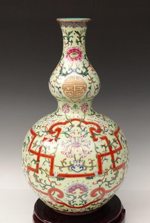 A Fine Gilted Chinese Qing Famille Rose Porcelain Vase