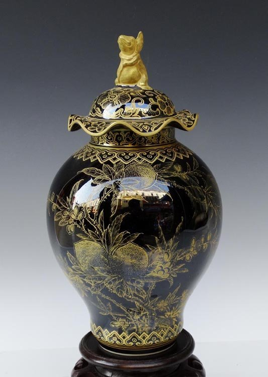 A Gilted Chinese Qing Mirror Black Porcelain Cover Jar