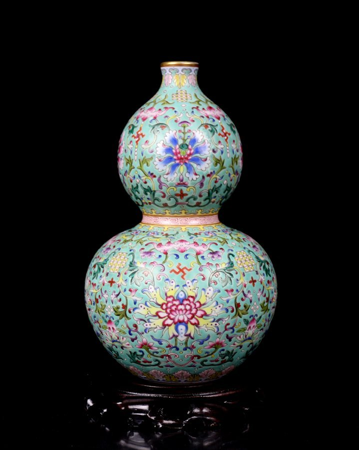 A Top Chinese Qing Famille Rose Porcelain Vase