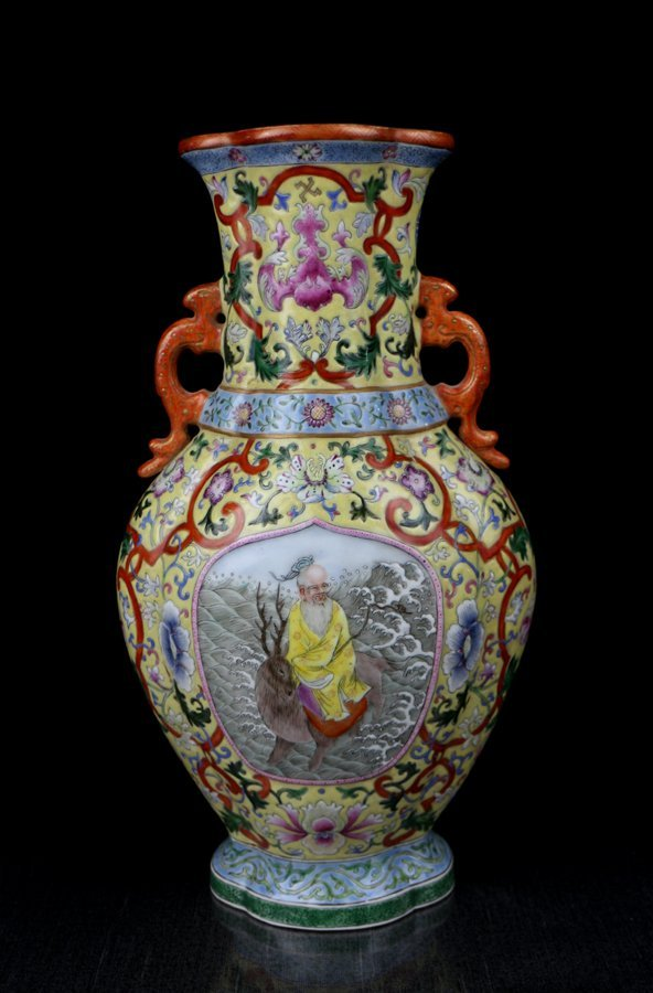 A Fine Chinese Qing Famille Rose Porcelain Vase