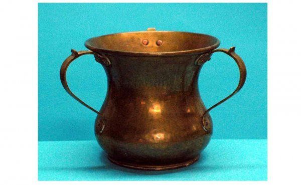 1013: Hammered Brass 3-Handled Loving Cup measuring 7 ½
