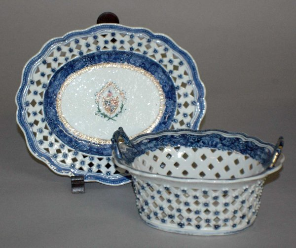 19: EXPORT PORCELAIN BLUE & WHITE BASKET