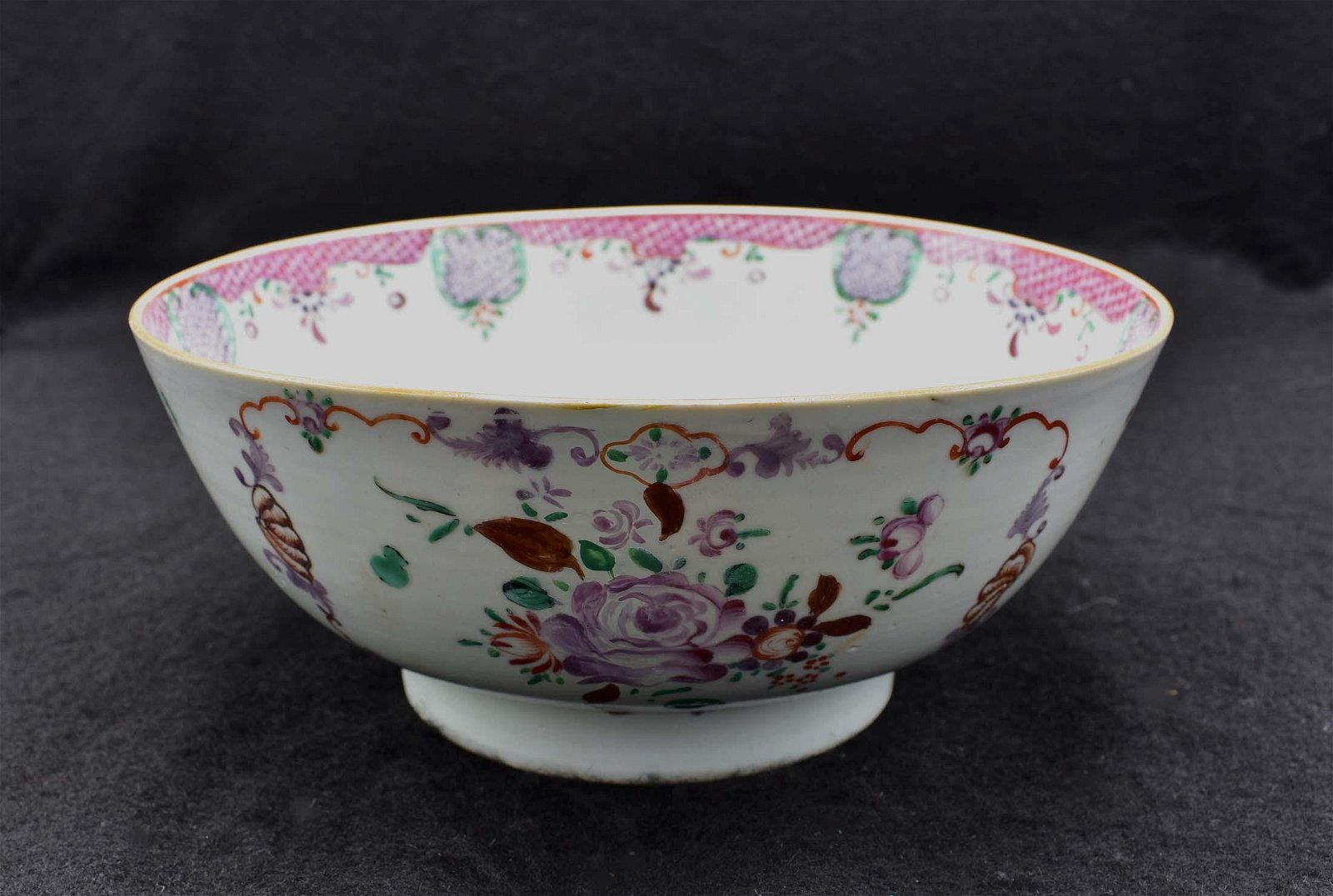 CHINESE EXPORT FAMILLE ROSE DECORATED PORCELAIN BOWL