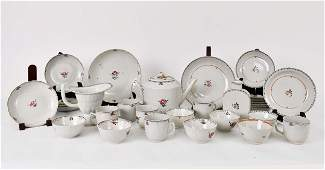 COLLECTION OF 32 CHINESEEXPORT PORCELAIN TABLE ITEMS