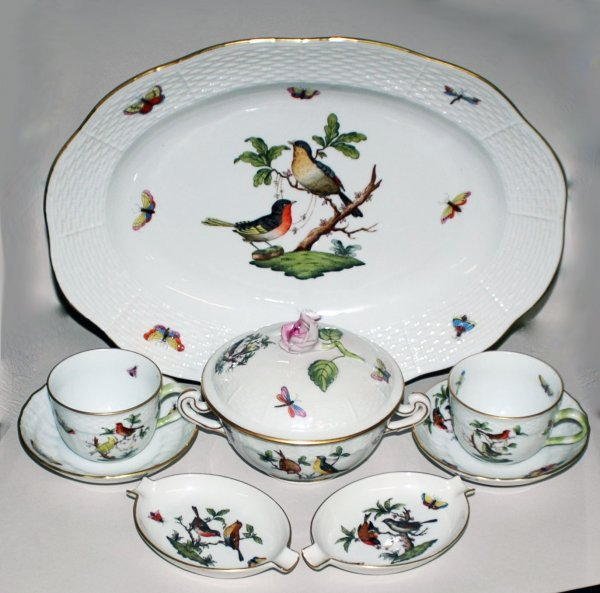 15: EIGHT HEREND PORCELAIN TABLE ARTICLES
