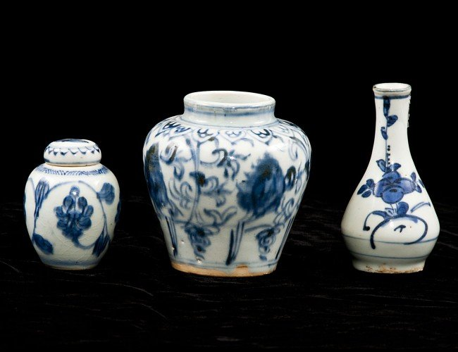 305: THREE BLUE AND WHITE PORCELAIN ARTICLES