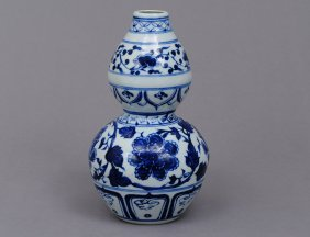 MING STYLE BLUE AND WHITE PORCELAIN VASE
