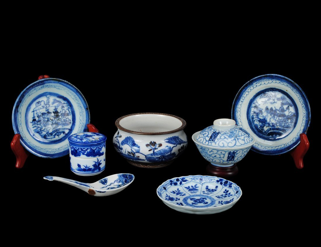 305: GROUP OF SEVEN BLUE AND WHITE PORCELAIN ARTICLES