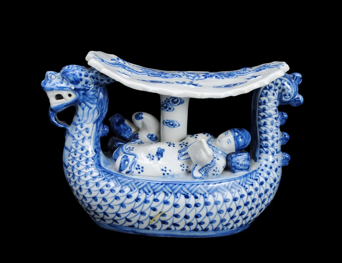12: BLUE AND WHITE PORCELAIN TABLE ORNAMENT