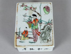 4: EXPORT FAMILLE ROSE PORCELAIN BOX AND COVER