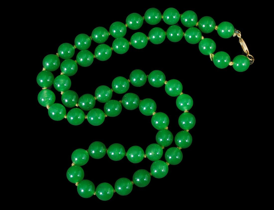 15: GREEN JADE BEAD NECKLACE